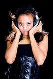 Modelo asiático na escuta preta a música fotografia de stock