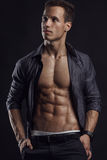 Modelo atlético forte Torso da aptidão do homem que mostra seis Abs do bloco Fotos de Stock Royalty Free