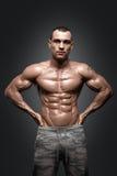 Modelo atlético forte Torso da aptidão do homem que mostra seis Abs do bloco imagem de stock royalty free