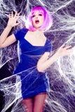 Modelo atractivo con la peluca púrpura y el maquillaje intenso Imagen de archivo