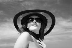 Modelo atractivo de la hembra de la manera Foto de archivo