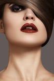 Modelo atractivo de la mujer con los labios rojo oscuro y el peinado liso Fotos de archivo