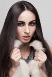 Modelo atractivo en chaleco de la piel Foto de archivo