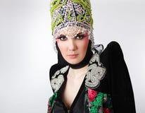 Modelo atractivo en ropa exclusiva del diseño Fotos de archivo