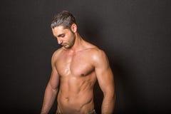 Modelo atractivo masculino en fondo negro Imágenes de archivo libres de regalías