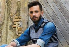 Modelo atractivo - moda del pelo - el inclinarse hermoso contra una pared - muchacho italiano Imágenes de archivo libres de regalías