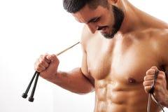 Modelo atractivo muscular de la aptitud con la cuerda de salto Fotografía de archivo libre de regalías