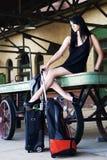 Modelo atractivo que aguarda el tren Foto de archivo libre de regalías