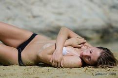 Modelo atrativo com o biquini na areia em número de poses interessantes Fotografia de Stock Royalty Free