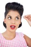 Modelo atrativo do cabelo preto usando um tweezer Fotografia de Stock Royalty Free