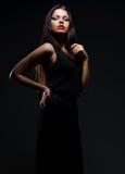 Modelo atrativo no vestido preto Imagem de Stock