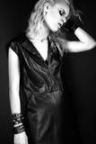 Modelo atrevido en vestido de cuero negro, estilo de la muchacha de fotos de archivo
