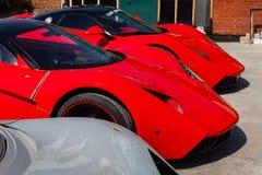 Modelo B1 de dois motores de Marussia dos carros na cor vermelha e no telhado preto e na opinião traseira das rodas Fotografia de foto de stock royalty free