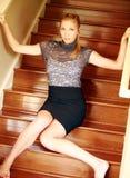 Modelo bastante adolescente en las escaleras Fotos de archivo