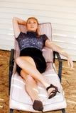 Modelo bastante adolescente en silla de salón Imagen de archivo