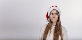 Modelo bastante joven con el pelo rubio y en el sombrero de Papá Noel Foto de archivo libre de regalías