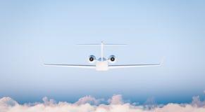 Modelo blanco del aeroplano de Matte Luxury Generic Design Private de la foto en cielo azul Maqueta clara aislada en fondo borros Imágenes de archivo libres de regalías
