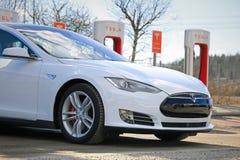 Modelo blanco S de Tesla en el sobrealimentador, detalle Imagen de archivo