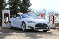 Modelo blanco S P85D de Tesla tapado en el sobrealimentador Fotografía de archivo