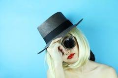 modelo bonito à moda da jovem mulher do encanto com bordos vermelhos imagem de stock