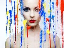 Modelo bonito através do vidro com cores brilhantes Fotos de Stock Royalty Free