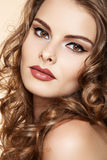 Modelo bonito com composição, cabelo curly longo da mulher Fotografia de Stock