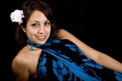 Modelo bonito com a flor em seu cabelo Imagens de Stock Royalty Free