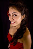 Modelo bonito com a flor vermelha em seu cabelo Fotos de Stock