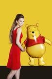 Modelo bonito com o balão no fundo amarelo Fotografia de Stock Royalty Free