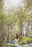 Modelo bonito com um coelho cinzento em seus braços Fotos de Stock
