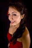 Modelo bonito con la flor roja en su pelo Fotos de archivo