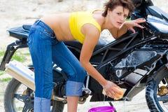 Modelo bonito con la motocicleta negra Foto de archivo libre de regalías