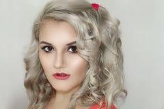 Modelo bonito Cute Make de Brunnete da mulher das mulheres da menina acima foto de stock royalty free