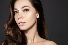 Modelo bonito da jovem mulher com voo do cabelo marrom da cor Compõe, penteado encaracolado Haircare, composição fotos de stock