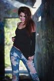 Modelo bonito da mulher no ambiente urbano Fotografia de Stock Royalty Free