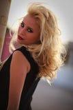 Modelo bonito da mulher no ambiente urbano Imagens de Stock