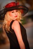 Modelo bonito da mulher no ambiente urbano Imagem de Stock