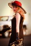 Modelo bonito da mulher no ambiente urbano Fotos de Stock