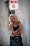 Modelo bonito da mulher no ambiente urbano Imagens de Stock Royalty Free