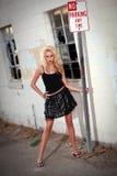 Modelo bonito da mulher no ambiente urbano Foto de Stock Royalty Free