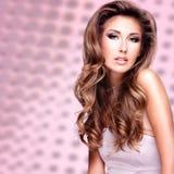 Modelo bonito do fasion com cabelo marrom longo lindo Imagens de Stock