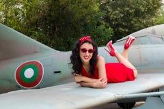 Modelo bonito do pino-acima 40s na asa de aviões do vintage Fotos de Stock Royalty Free