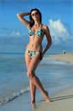 Modelo bonito do swimsuit na praia tropical Fotos de Stock