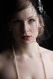 Modelo bonito en velo y perlas Foto de archivo