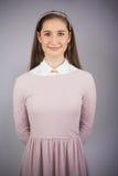 Modelo bonito feliz con el vestido rosado en la presentación Fotos de archivo libres de regalías