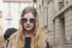 Modelo bonito fora da construção do desfile de moda de Gucci para Milan Wo Imagens de Stock
