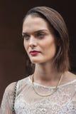Modelo bonito fora dos desfiles de moda de Trussardi que constroem para a semana de moda 2014 de Milan Women Fotos de Stock Royalty Free