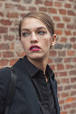 Modelo bonito fora dos desfiles de moda de Trussardi que constroem para a semana de moda 2014 de Milan Women Imagens de Stock Royalty Free