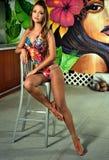 Modelo bonito joven en la presentación colorida del traje de baño interior Fotografía de archivo libre de regalías