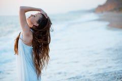 Modelo bonito na praia no por do sol fotografia de stock